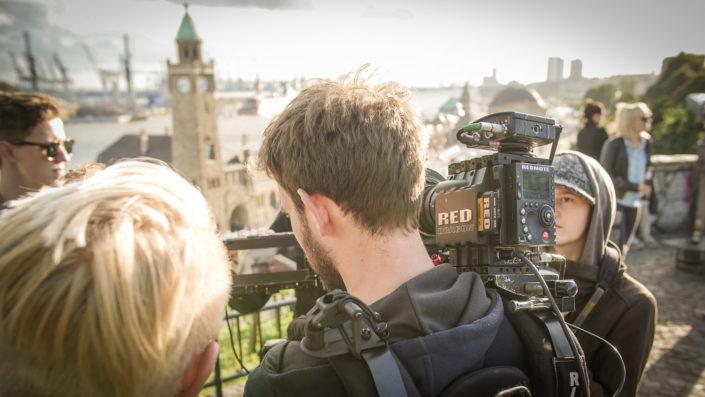 Red Kamera auf Schulter am Hamburger Hafen
